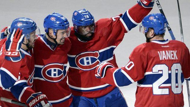 P.K. Subban (druhý zprava) se raduje se spoluhráči z Montrealu z gólu proti Bostonu.