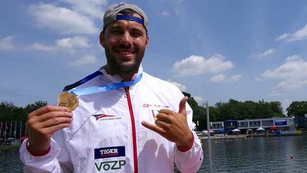 Kajakář Josef Dostál se zlatou medailí ze Světového poháru v Duisburgu.