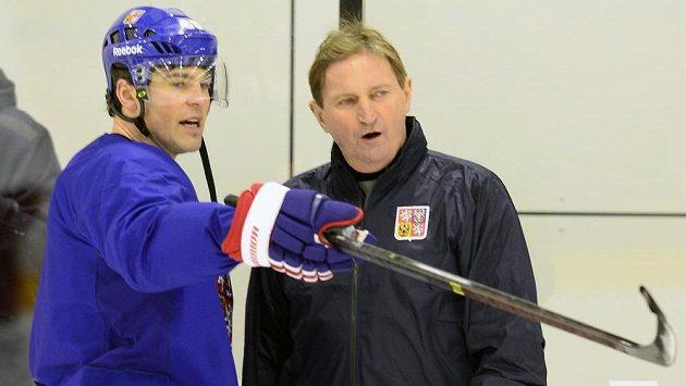 Jaromír Jágr na tréninku hokejové reprezentace v Soči v diskusi s trenérem Aloisem Hadamczikem.