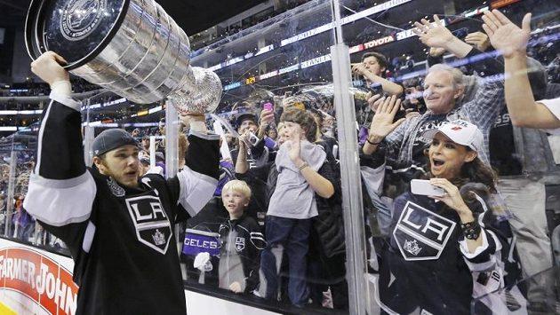 Kapitán Los Angeles Dustin Brown zdraví fanoušky se Stanley Cupem nad hlavou