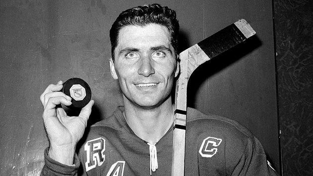 Slavný hokejista Andy Bathgate na archivním snímku v dresu Rangers z roku 1961.
