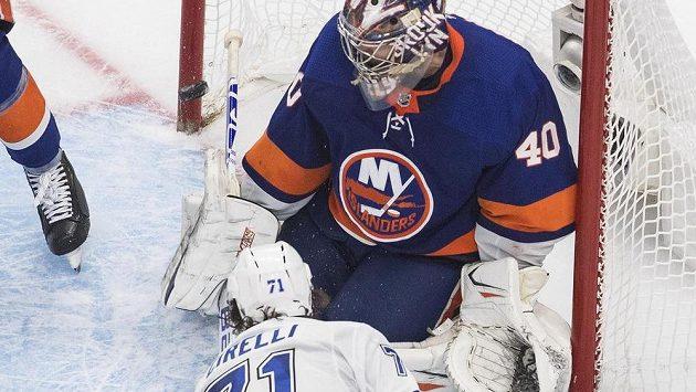 Centr Tampy Bay Anthony Cirelli překonává v prodloužení šestého utkání play off finále Východní konference brankáře Semjona Varlamova z New York Islanders a posílá svůj tým do finále Stanley Cupu.