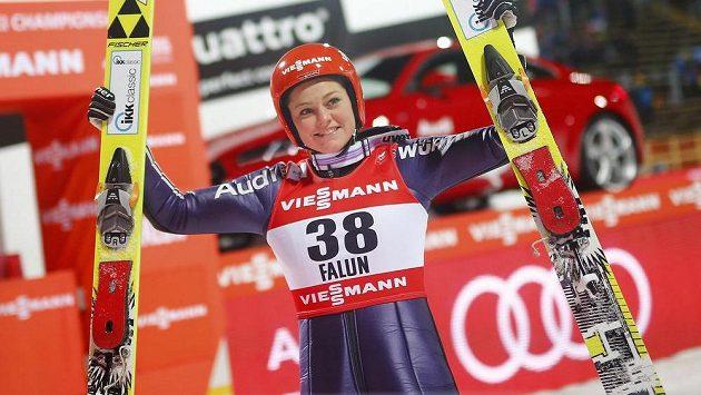 Německá skokanka na lyžích Carina Vogtová se raduje z triumfu na MS ve Falunu.