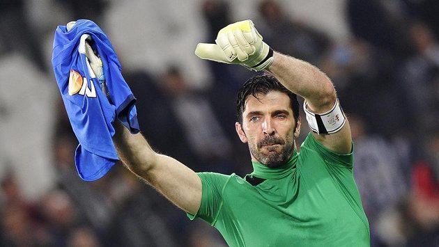Gólman Juventusu Gianluigi Buffon slaví ligovou výhru nad Empoli.