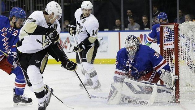 Útočník Pittsburghu Jevgenij Malkin (třetí zprava) překonává brankáře New Yorku Rangers Henrika Lundqvista střelou z otočky.