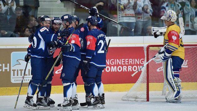 Hokejisté Liberce se radují z rozhodujícího gólu v utkání Ligy mistrů proti Davosu.