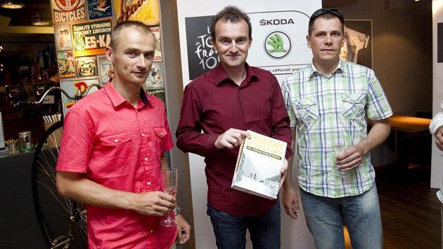 Autor knihy Příběhy Staré dámy Tomáš Macek (uprostřed) a cyklističtí kmotři díla: Jan Hruška (vlevo) a Tomáš Konečný. Oba Tour de France absolvovali.