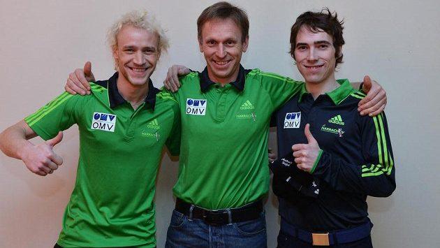 Reprezentační trenér skokanů na lyžích David Jiroutek (uprostřed) a Roman Koudelka (vlevo) s Antonínem Hájkem (vpravo).