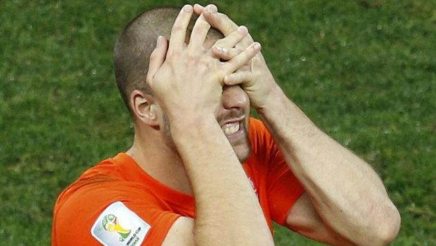 Zklamaný nizozemský obránce Ron Vlaar po své neproměněné penaltě v semifinálovém rozstřelu s Argentinou.