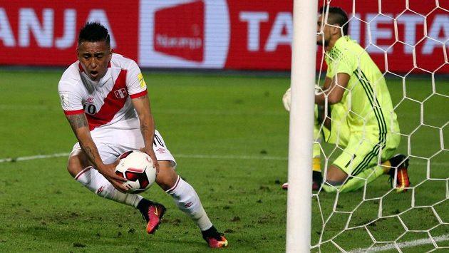 Záložník Peru Christian Cueva (vlevo) se raduje z gólu proti Argentině v kvalifikaci MS. Vpravo je smutný brankář Sergio Romero.