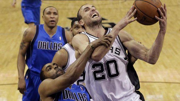 Argentinec Manu Ginobili (20) ze San Antonia Spurs je faulovaný Waynem Ellingtonem z Dallasu Mavericks.