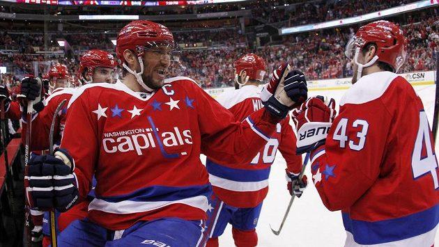 Alex Ovečkin oslavuje se svými spoluhráči branku Toma Wilsona do sítě Edmontonu.