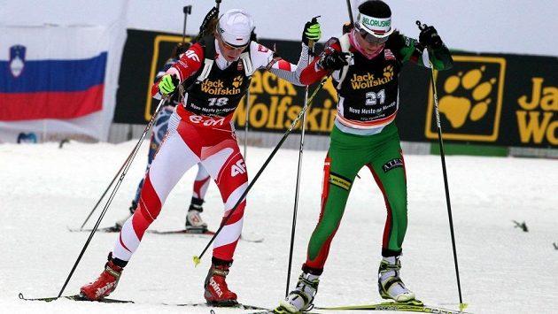 Běloruská biatlonistka Naděžda Skardinová (vpravo) na archivním snímku ze závodu v Novém Městě na Moravě.