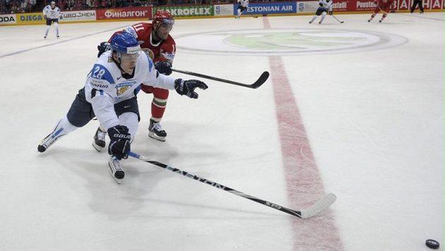 Anssi Salmela z Finska (vpředu) a Bělorus Alexander Kulakov bojují o kotouč.