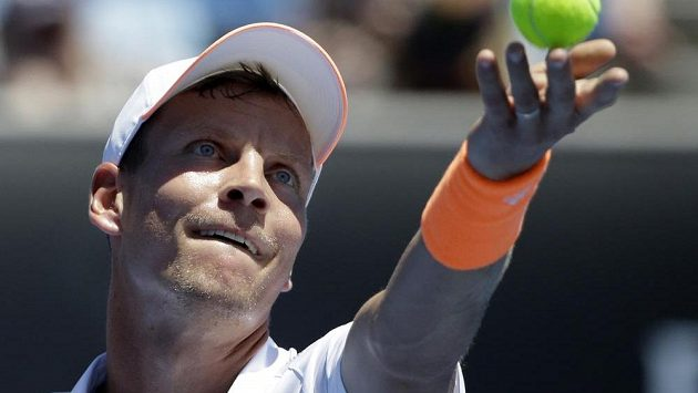 Tomáš Berdych podává v utkání 1. kola Australian Open.