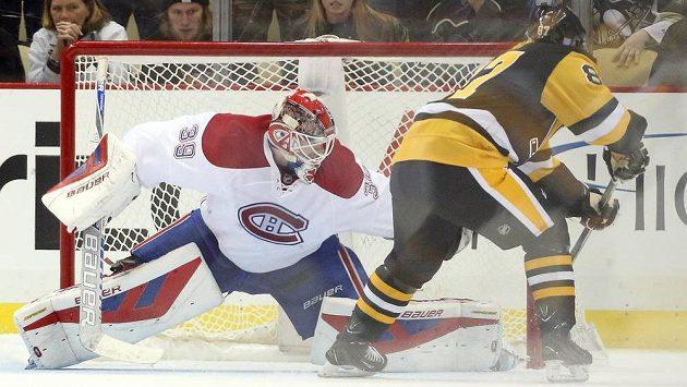 Útočník Pittsburghu Sidney Crosby překonává v rozstřelu brankáře Montrealu Mika Condona.