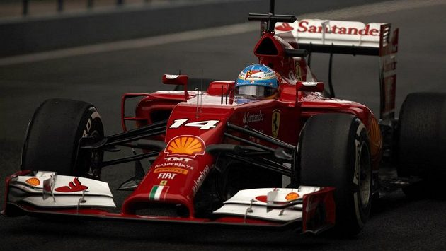 Fernando Alonso s nosatým F14 T během testů v Jerezu.