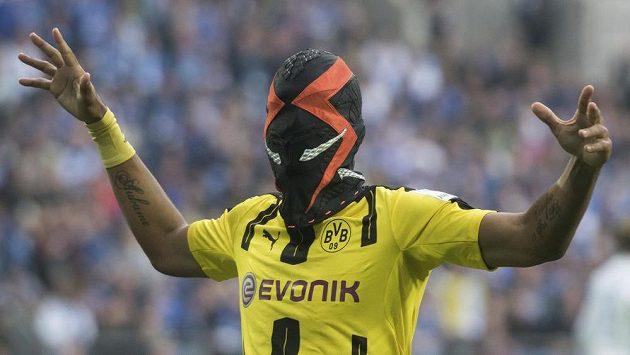 Dortmundský střelec Pierre-Emerick Aubameyang a jeho oslava gólu v masce poté, co skóroval proti Schalke.