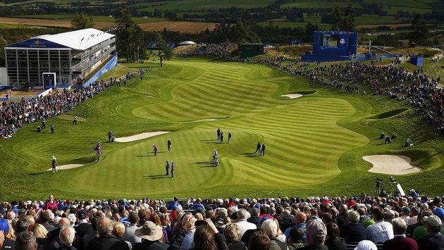 Golfisté si na Ryder Cupu zatrénovali i na tomto nádherném hřišti, které je dovede k 18. jamce.