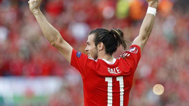 Velšan Gareth Bale se raduje z postupu do čtvrtfinále evropského šampionátu.