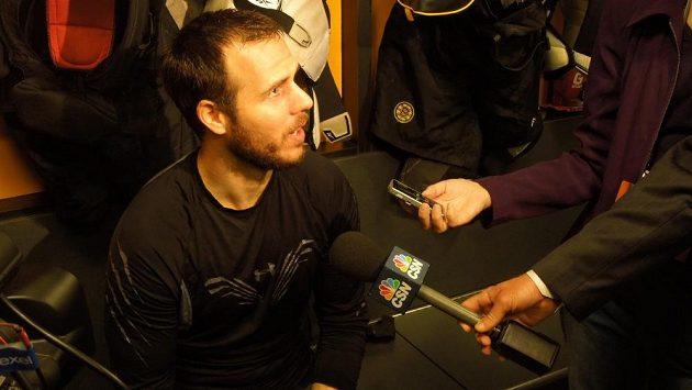 Útočník Bostonu David Krejčí hovoří s novináři před čtvrtým utkáním finále Stanley Cupu s Chicagem.