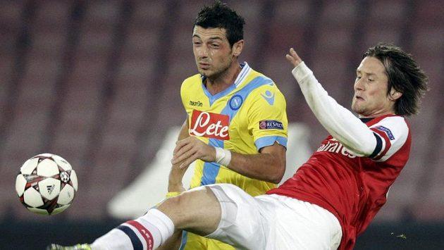 Záložník Neapole Blerim Džemaili (vlevo) a český fotbalista ve službách Arsenalu Tomáš Rosický.