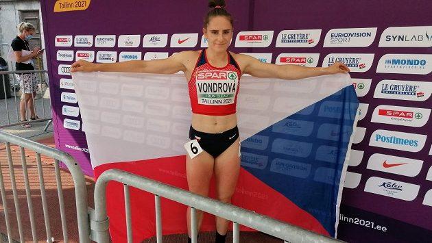 Lada Vondrová s českou vlajkou po svém zlatém závodě.