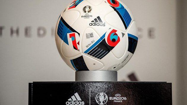 Oficiální míč Beau Jeu pro EURO 2016. Ilustrační foto.