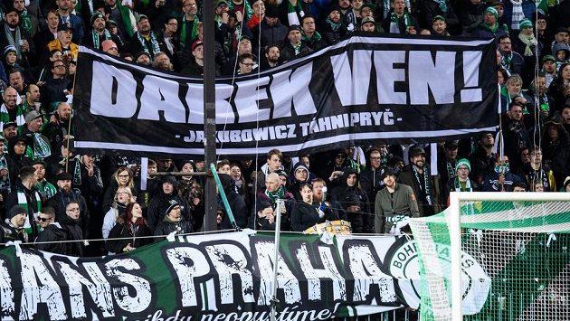 Fanoušci Bohemians a jejich vzkaz řediteli klubu Darkui Jakubowiczovi během utkání s MFK Karviná.