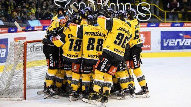 Hokejisté Litvínova oslavují vítězství nad Kladnem a záchranu.