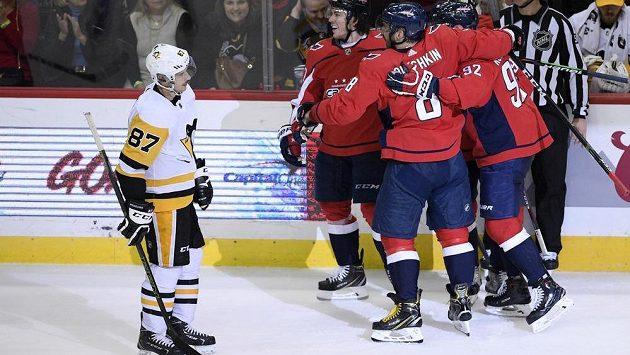 Hvězdný útočník Pittsburghu Penguins Sidney Crosby (87) musel překousnout, že jeho tým prohrál v NHL s Washingtonem Capitals.