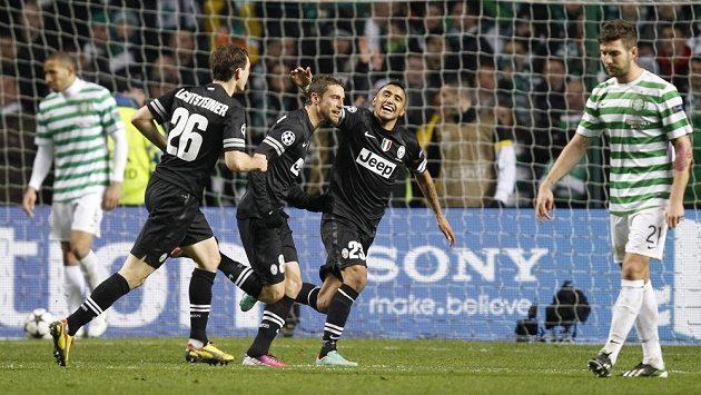 Claudio Marchisio z Juventusu (uprostřed) se raduje se spoluhráči z branky do sítě Celtiku Glasgow.