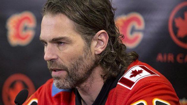 Jaromír Jágr na tiskové konferenci Calgary Flames.