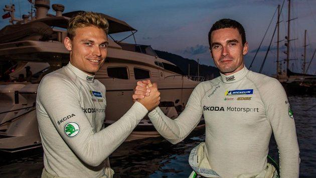 Piloti týmu Škoda Motrosport zápolící o titul mistra světa SWRC: Švéd Pontus Tidemand, obhájce prvenství, a Jan Kopecký (vpravo) před startem Turecké rallye.