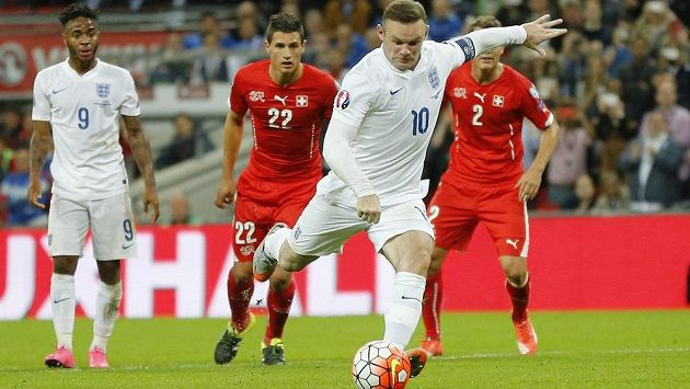 Wayne Rooney střílí gól v evropské kvalifikaci proti Švýcarsku.