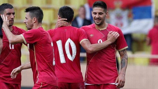 Srbský útočník Aleksandar Mitrovič (vpravo) slaví se spoluhráči vyrovnávací gól proti Rusku.