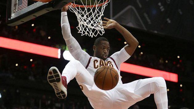 Dwyane Wade z Clevelandu Cavaliers smečuje v duelu proti Atlantě Hawks.