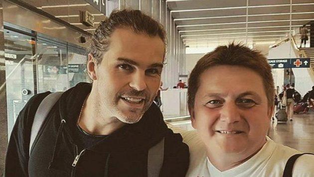 Jaromír Jágr se na letišti vyfotil s fanoušky.