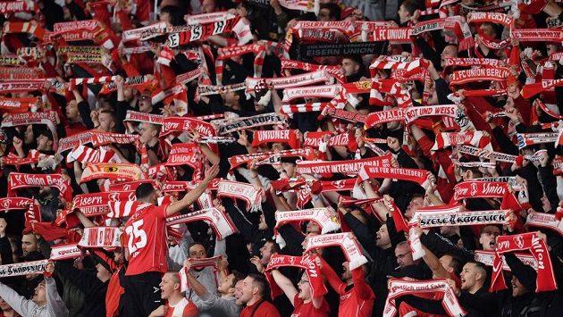 Fanoušci Unionu Berlín při utkání s Maccabi Haifa.