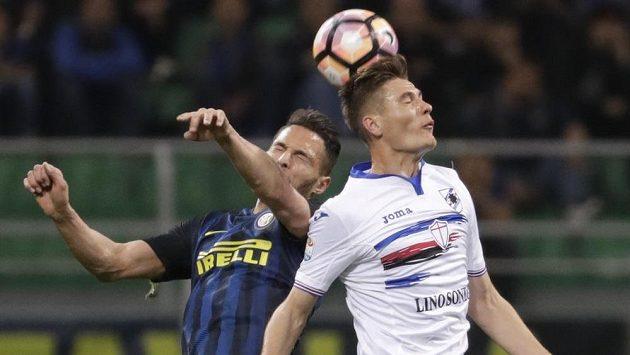 Patrik Schick (vpravo) ze Sampdorie Janov v hlavičkovém souboji s Danilem D'Ambrosiem z Interu Milán.