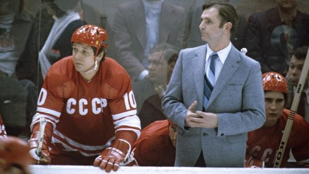 Útočník Sovětského svazu Alexandr Malcev (vlevo) a trenér sborné Viktor Tichonov.