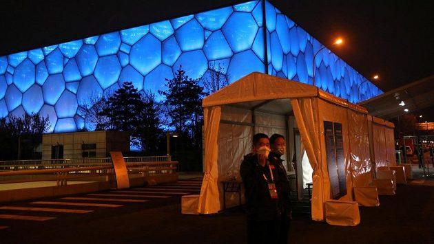 Členové testovacího štábu před halou, kde v Pekingu právě probíhá předolympijský curlingový přípravný turnaj. Ilustrační foto.