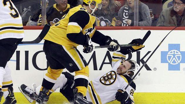 V Pittsburghu si na bostonského kanonýra Davida Pastrňáka (dole) vyšlápl i legendární Sidney Crosby.