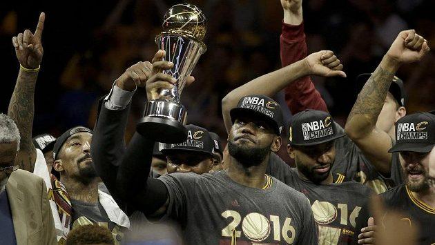 LeBron James z Clevelandu (uprostřed) oslavuje se svými spoluhráči vítězství v NBA.