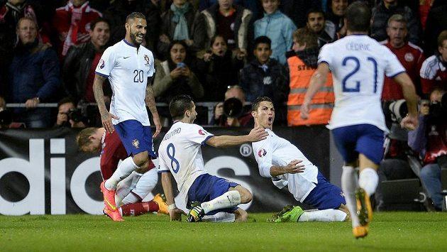 Cristiano Ronaldo (druhý zprava) se raduje se spoluhráči z portugalské reprezentace z gólu, který vstřelil Dánsku.