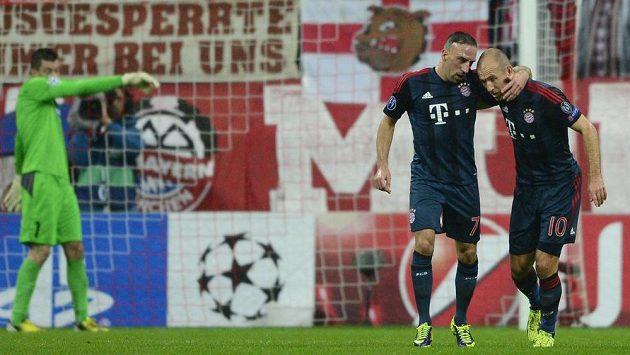Zleva překonaný brankář Plzně Matúš Kozáčik, střelec gólu z penalty Franck Ribéry a Arjen Robben z Bayernu.
