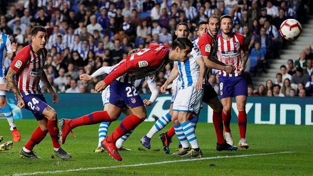 Álvaro Morata střílí první gól Atlética Madrid v ligovém utkání proti San Sebastianu.