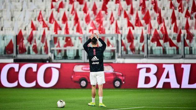 Fotbalista Juventusu Turín Cristiano Ronaldo zdraví prázdné tribuny.