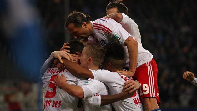Petr Jiráček (s čílem 19) se raduje z vítězného gólu svého Hamburku v bundesligovém utkání proti Mohuči.