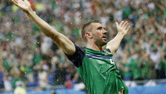 Severoirský fotbalista Gareth McAuley se raduje z gólu proti Ukrajině.
